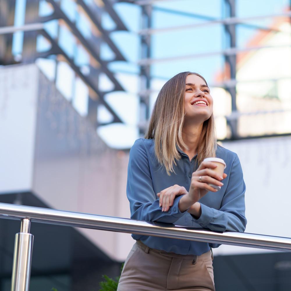 Une femme heureuse qui profite de son café