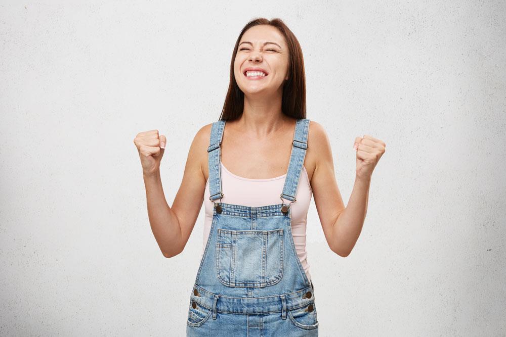 Une femme contente qui a réussi un but